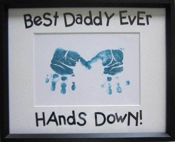 das erste Danke sagen Geschenk zu Weihnachten mit kleinen Händchen von dem Baby