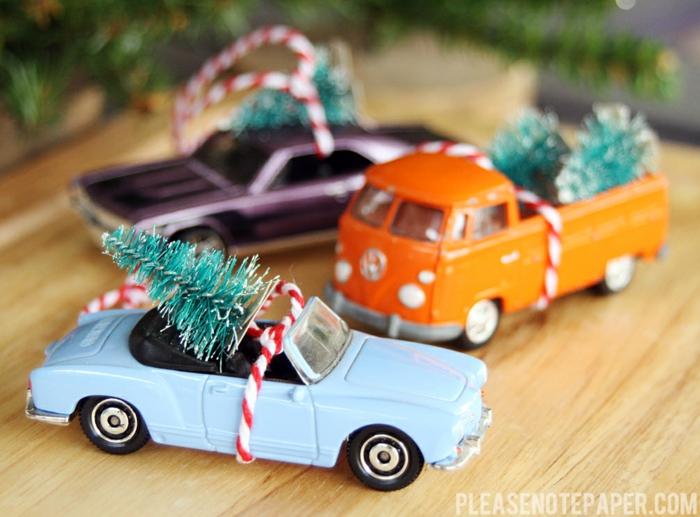 Christbäumchen auf Spielzeugauto, mit Faden befestigt, coole Idee für Weihnachtsdekoration