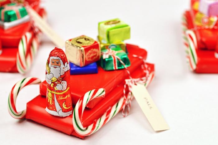 Schlitten aus Schokoladen, Pralinen und Zuckerstangen, kreative Geschenkideen zu Weihnachten