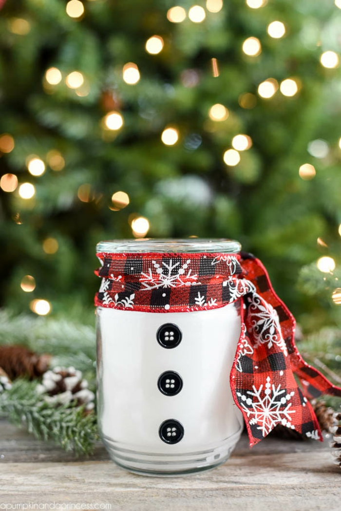 Duftkerze als Schneemann, mit Schal und schwarzen Knöpfen, Ideen für selbstgemachte Geschenke zu Weihnachten