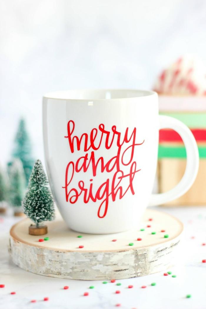 Teetasse selbst beschriften, kleines Christbäumchen daneben, schöne Idee für selbstgemachtes Weihnachtsgeschenk