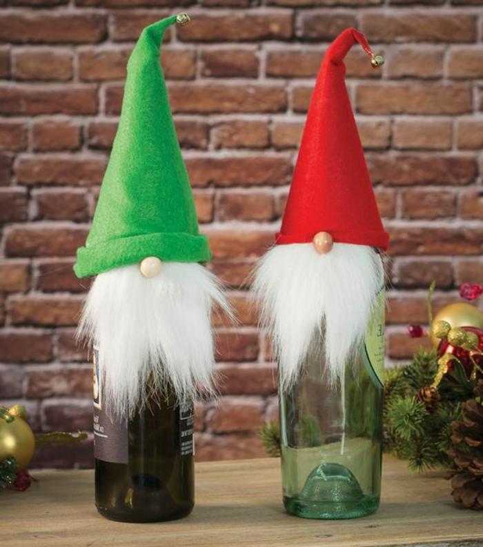 Weinflasche selber dekorieren, Zwerg mit Bart, Mütze und Holznase, kreative Ideen für Weihnachtsgeschenke