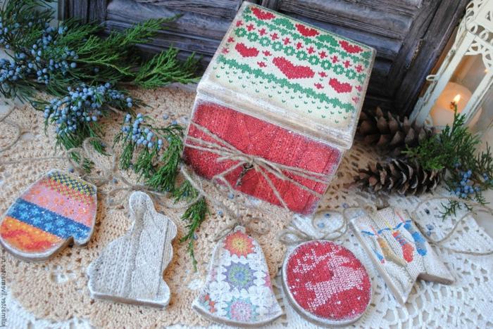 Holzkiste mit Decoupage-Technik verzieren, Hängedekoration aus Holz, Zapfen und Tannenzweige