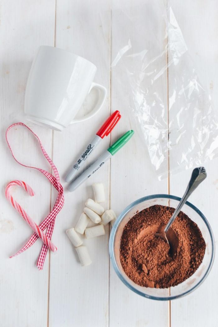 Schöne Idee für Weihnachtsgeschenk, Weiße mit Permanentmarkern beschriften, mit Schokoladenpulver und Marshmallows füllen