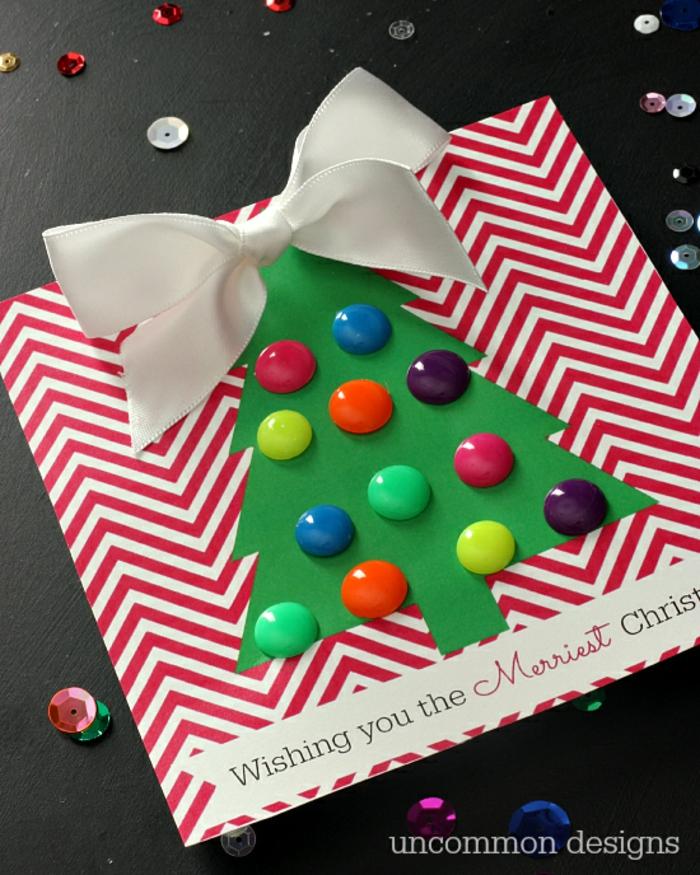 Weihnachtskarten für Damen basteln, Weihnachtsbaum mit Ohrringen und großem weißem Band geschmückt