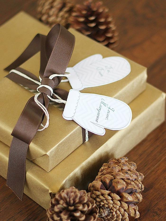 Handschuhe aus Papier schneiden und beschriften, kreative Idee für Weihnachtskarte zum Nachmachen