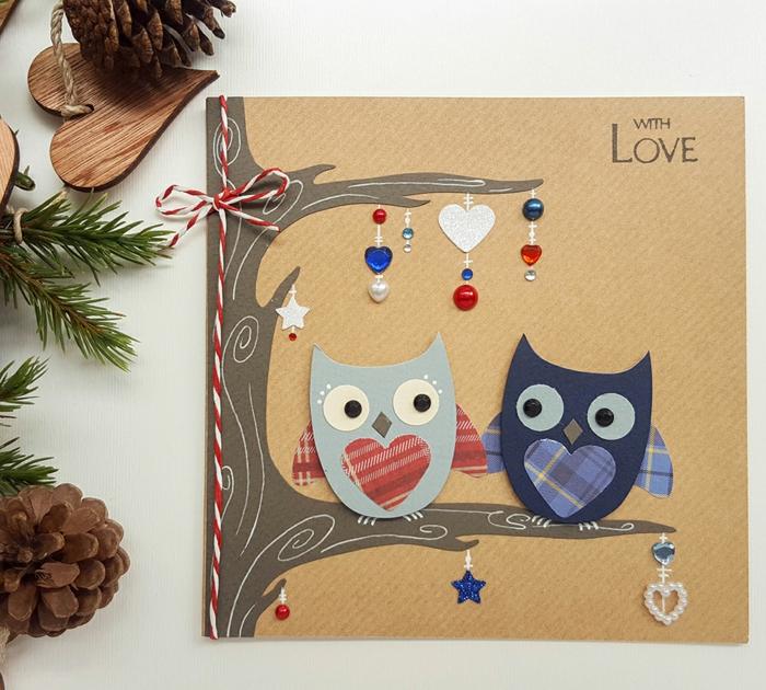 Coole Idee für DIY Weihnachtskarte, zwei verliebte Uhus, mit Perlen und Faden verziert, Zapfen und Tannenzweige