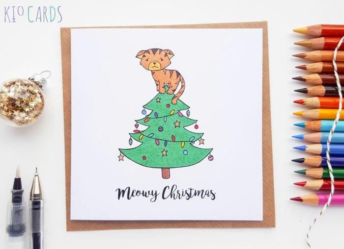 Süße Weihnachtskarte, per Hand gezeichnet, Kätzchen auf Weihnachtsbaum, Buntstifte und Christbaumkugel, voll mit Sternchen