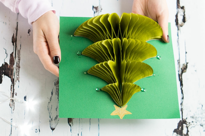 3D Weihnachtskarte selber basteln, Weihnachtsbaum aus grünem Papier und Pailletten, schöne Geschenkidee zu Weihnachten