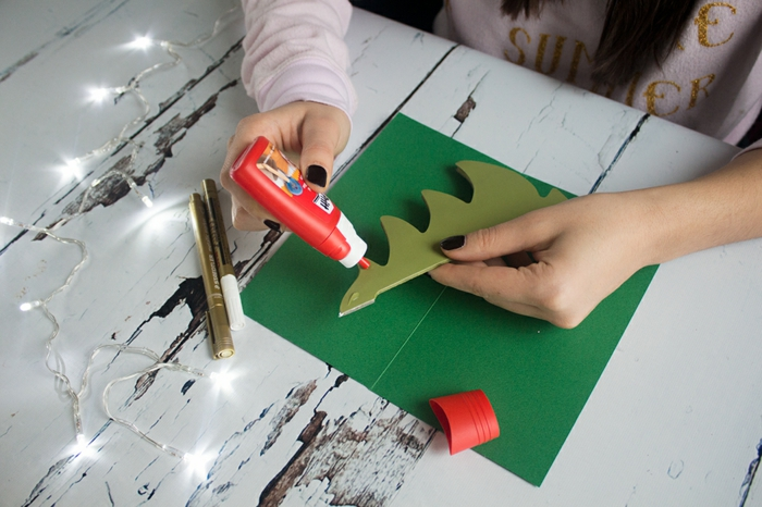 3D Weihnachtskarte selber basteln, Schritt für Schritt Anleitung, Weihnachtsbaum aus grünem Papier
