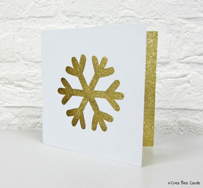 Weihnachtskarte selber machen, Schneeflocke mit Cutter ausschneiden, mit Glitzer besprühen