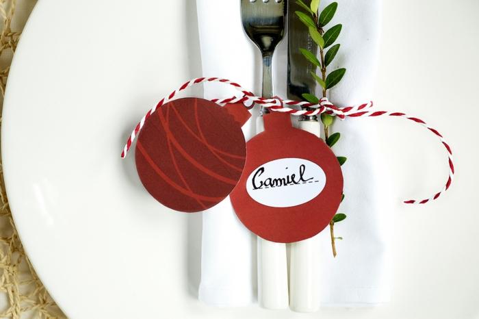 Rote Christbaumkugel aus Papier ausschneiden und beschriften, coole Idee für kleine Weihnachtskarte