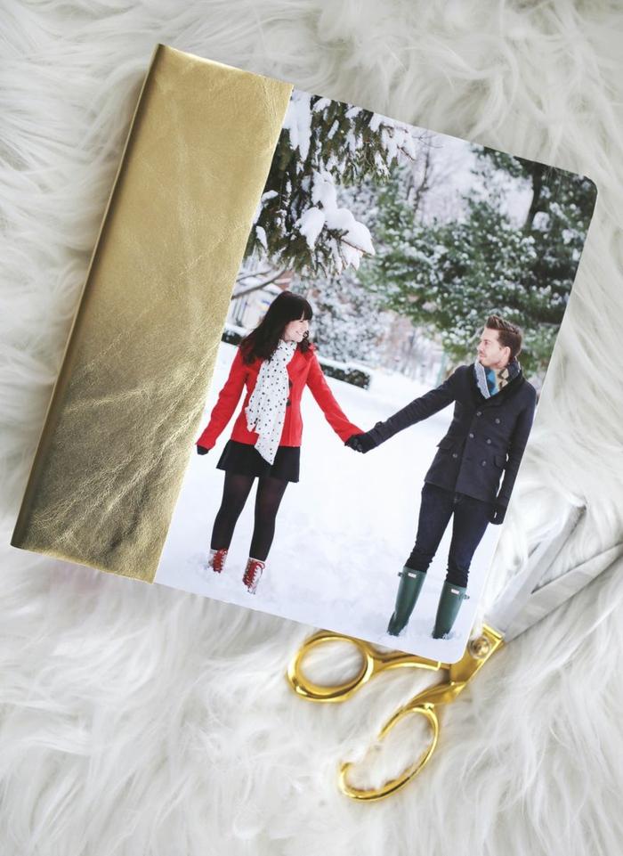 DIY personalisierte Weihnachtskarte mit Foto, glückliches Paar und schöne Winterlandschaft