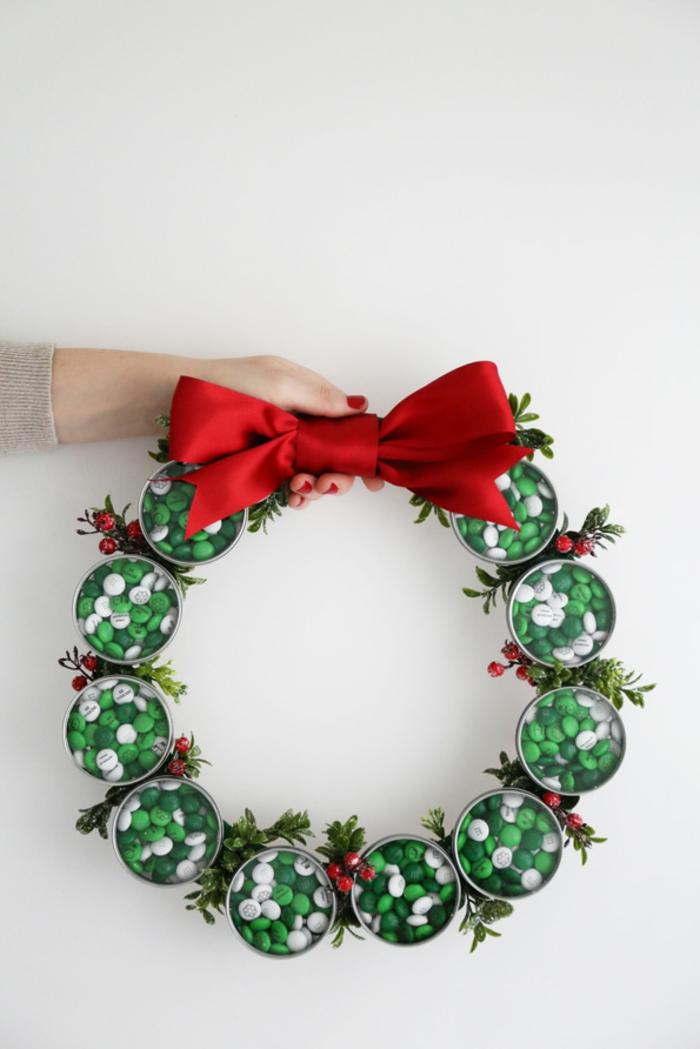 Weihnachtskranz aus Bonbons mit großem rotem Band, Weihnachtsdeko für die Eingangstür basteln