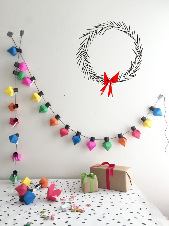 Weihnachtsschmuck selber basteln, bunte Girlande aus Papier, zwei Geschenke mit Bändchen verziert
