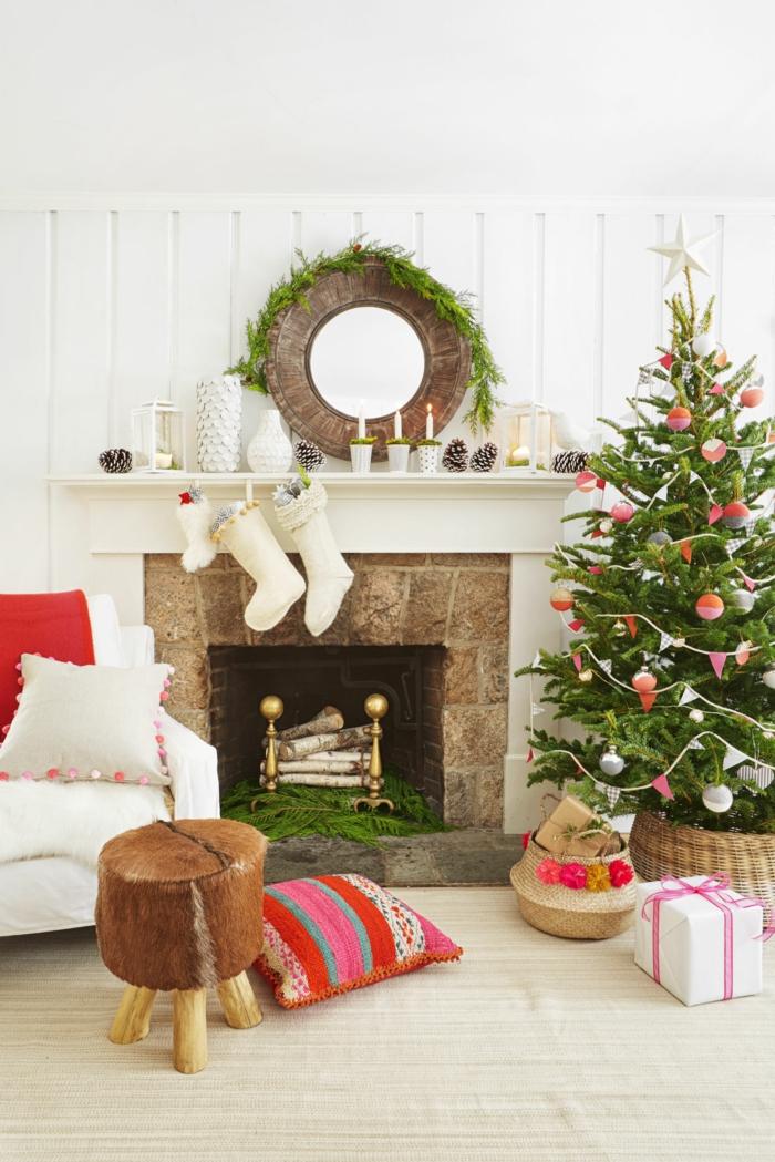 Weihnachtsdekoration im Wohnzimmer, Christbaum schön geschmückt, weiße Strümpfe am Kamin, Weihnachtskranz und Kerzenhalter