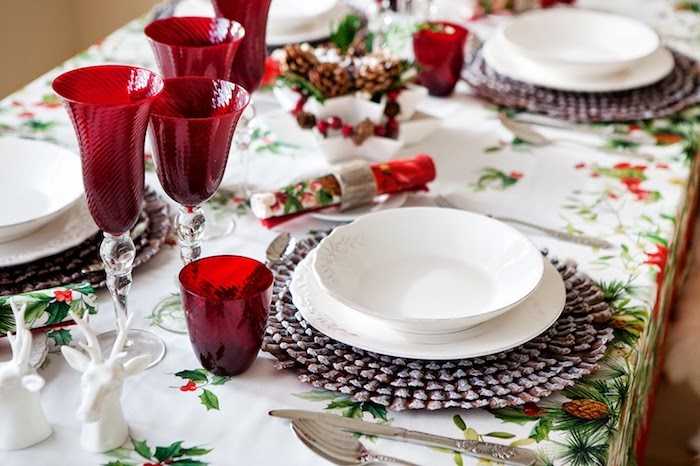 moderne weihnachtsdeko weihnachtliche dekorationen teller schüssel rote gläser weinglas serviette