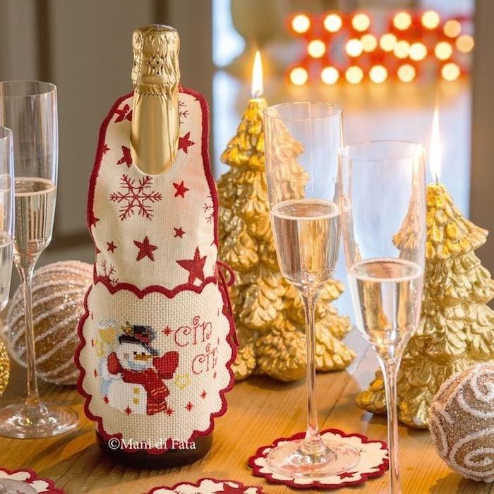 weihnachtliche tischdeko kerzen in goldener farbe tisch dekorationen verkleidung für champagner flasche schneemann