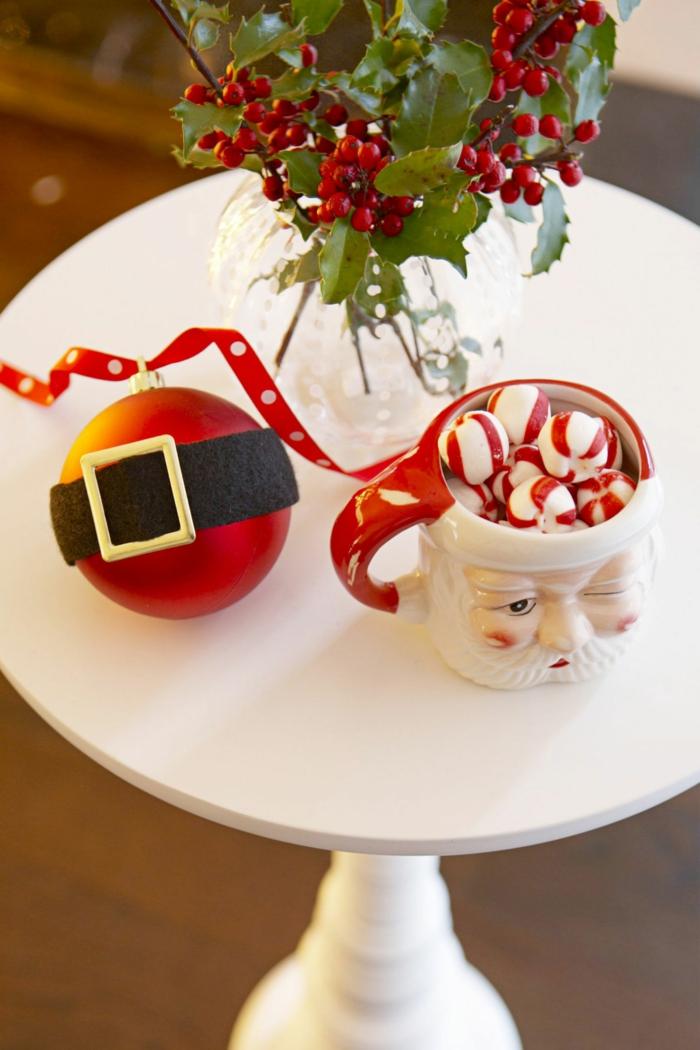 Idee für Weihnachtstischdekoration, Mistel in Glasvase, Weihnachtskugel mit Gürtel und Teetasse als Weihnachtsmann