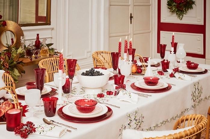 weihnachtliche tischdeko weiße tischdecke mit bunten dekorationen in rot und golden kerze auf dem tisch deko ideen
