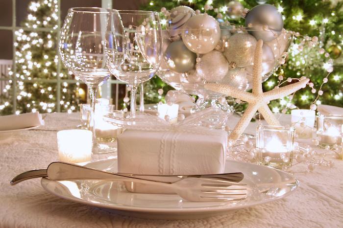 weihnachtliche tischdeko ideen weiße deko auf dem tisch stern bälle leuchtende dekorationen in weiß und grün