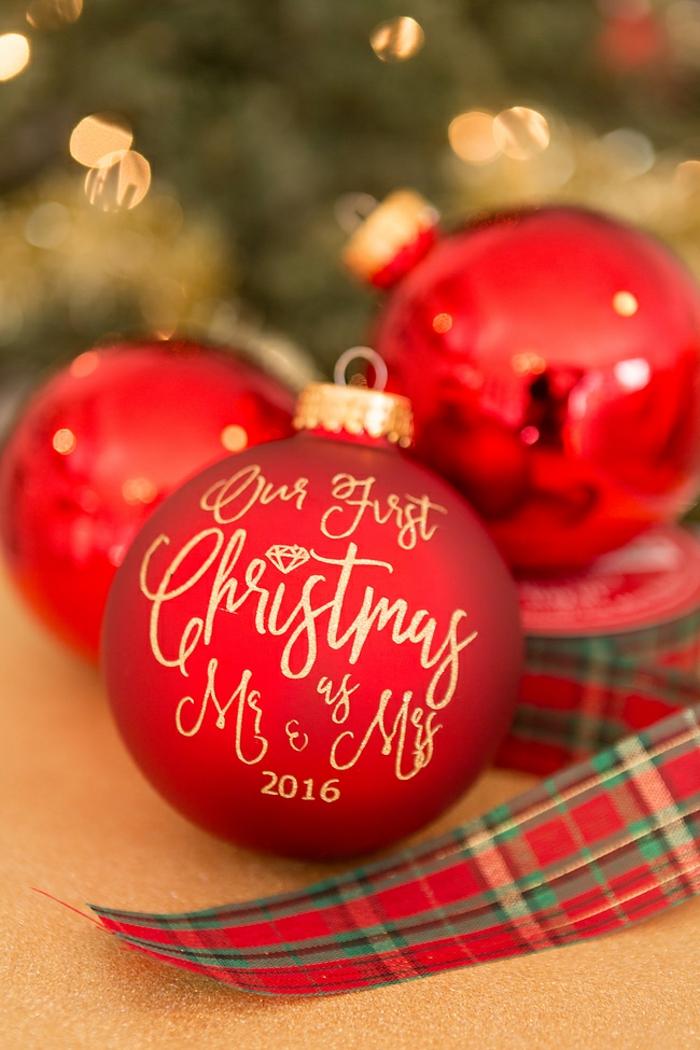 Weihnachtskugeln selber beschriften, erstes Weihnachten als Ehepaar, schöne Geschenkidee für Paare