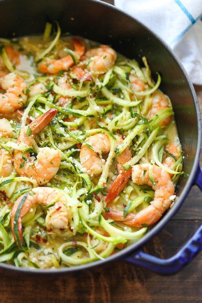 kohlenhydratarm kochen zucchini spagetti selber kochen spaghetti mit garnelen in der pfanne zubereiten