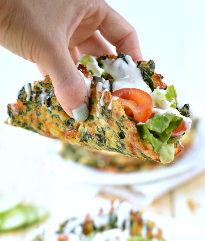 low carb essen eier spinat speise omlette mit käse und gemüse tortilla aus eier tomaten grünsalat weiße knoblauchsoße