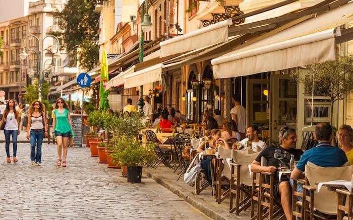 sehenswürdigkeiten griechenland schönes blick in der stadt straße von athen straßencafes restaurants mediterranes flair südliche länder tolle atmosphäre stadt am meer hauptstadt von griechenland athen besuchen