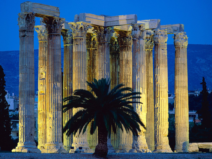 hauptstadt von griechenland sehenswürdigkeiten in athens palme gebäude altgriechische architektur sehenswerte sachen abendsbild in griechenland