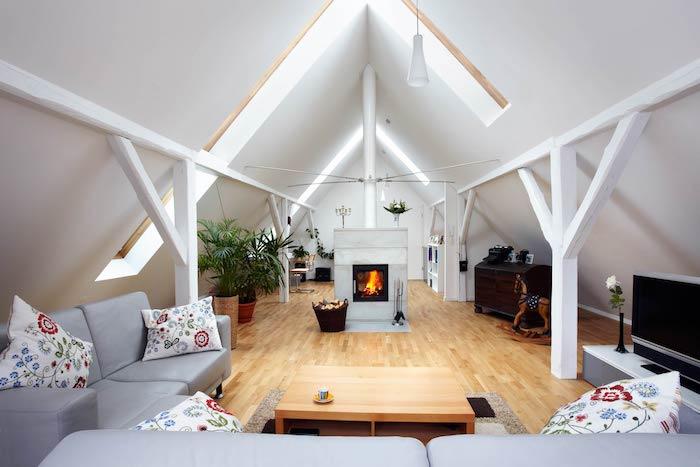 dachschräge gestalten zimmerdesign interieur ideen von ikea kissen mit bunten blumen graues sofa kamin kaminofen im zimmer tisch wohnbereich