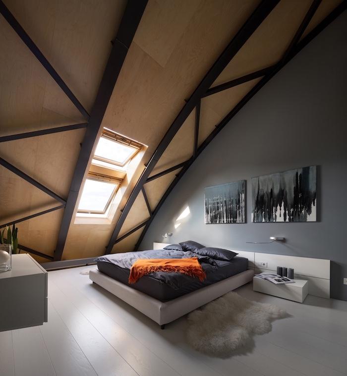 wohnung einrichten maisonette mit schlafzimmer auf dem letzten stock bett graue bettwäsche orange decke wanddeko bilder pelzteppich neben dem bett