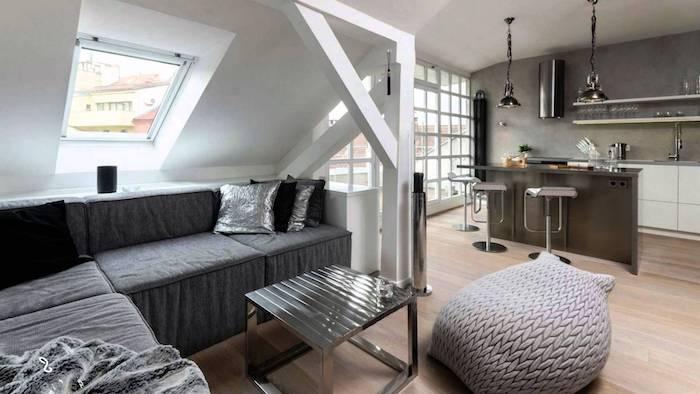 kleines appartment einrichten einrichtungsideen in grau dachwohnung ideen bodenkissen sitzkissen küche sofa kücheninsel