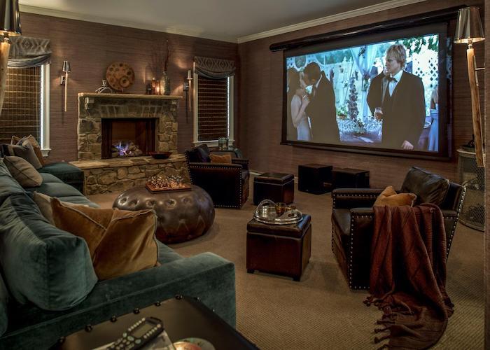 wohnzimmerwand edles wohnzimmer design samtsofa kamin bodenkissen aus leder riesengroßer fernseher filme sehen