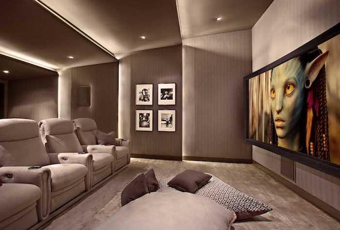 wohnzimmerwand kino zu hause zimmerdesign beige heimkino idee kinowand projektor avatar