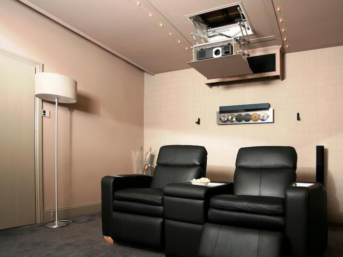 wohnzimmerwand schwarze ledersessel heimkino projektor stehlampe media zimmer design