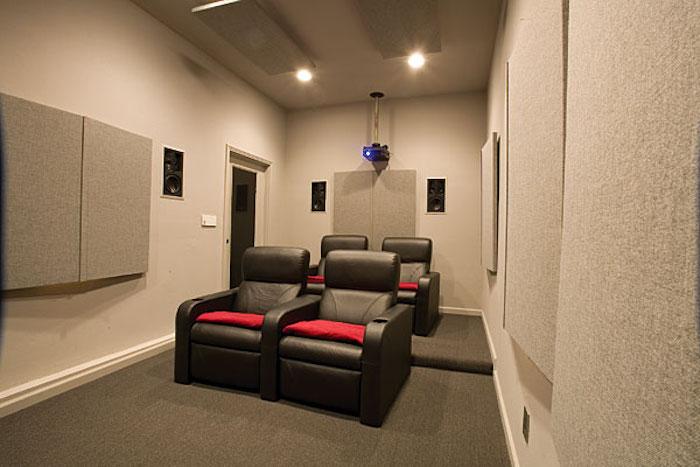 wohnzimmerwand kinosalon in der garage heimkino ideen projektor filme anschauen ledersessel