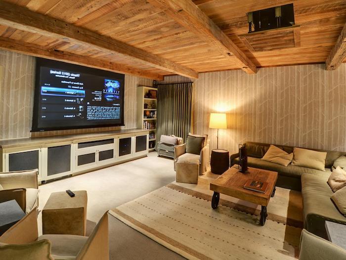 wohnzimmerwand heimkino projektwand teppich gelb beiges interieur interieurdesign zu hause