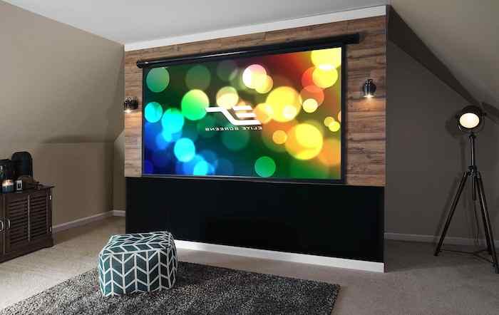 wohnwand modern bunte farben an der wand fernseher riesengro´bodenkissen sizkissen auf dem teppich
