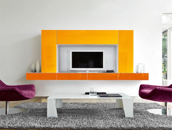 wohnwand modern wandgestaltung gelb und orange lila sessel grauer teppich weißer tisch