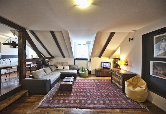 kleines appartment einrichten türkischer teppich in rot und weiß einrichtungsideen bodenkissen sofa fernseher
