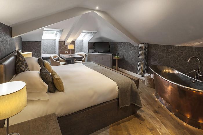 kleines appartment einrichten badewanne in dem schlafzimmer stehlampe metal und holz bei der einrichtung kombinieren