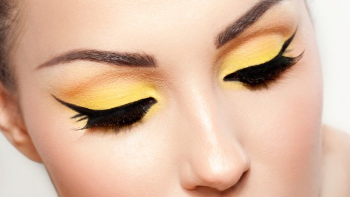 schminktipps augen, augenbrauen betonen, lidschatten in orange und gelb