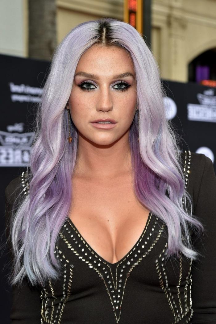 pastellfarben haare, mittellange lockige lilafarbene haare mit dunklem ansatz