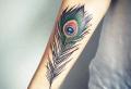 Feder Tattoo: Populäre Designs, Ideen und symbolische Bedeutungen