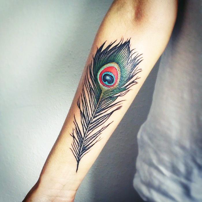 farbiges pfauenfeder tattoo am unterarm, tätowierung mit feder motiv