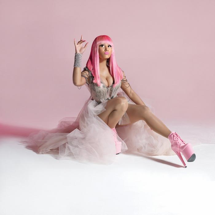 rosa haare, nicky minaj mit aschrosa abendkleid mit silbernen dekorationen, ponyfrisur