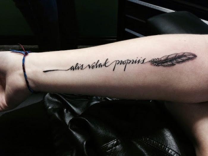 feder tattoo am unterarm, schriftzug tattoo in schwarz und grau