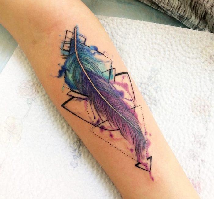 feder tattoo am arm, wasserfarben tattoo mit geometrischen elementen