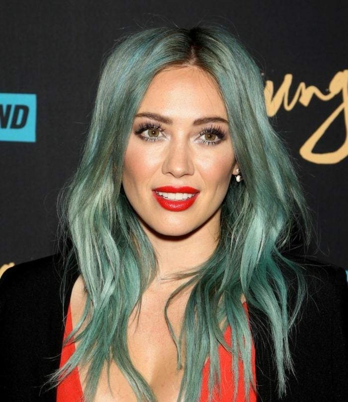pastell haarfarbe, mittellange grau-grüne haare, make up für grüne haarfarbe